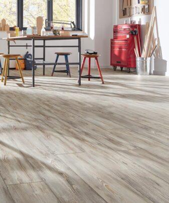 Laminat Kronotex Robusto 4779 Fantasy Wood. Foto av gulv i rom.