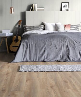 Laminat Kronotex Mammut Plus 3669 Macro Oak Beige. Foto av gulv på soverom.