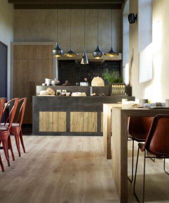 Høytrykkslaminat BerryAlloc Original Elegant Eik Natur. Foto av gulv på kjøkken.