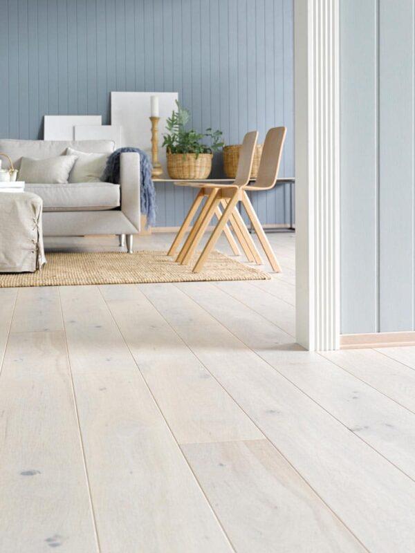 Parkett Saga Premium Eik Pearl 1 stav. Foto av gulv i stue.