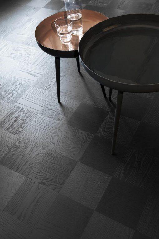 Mønstergulv Tarkett Noble Eik Broadway. Nærbilde av gulv med lite bord.