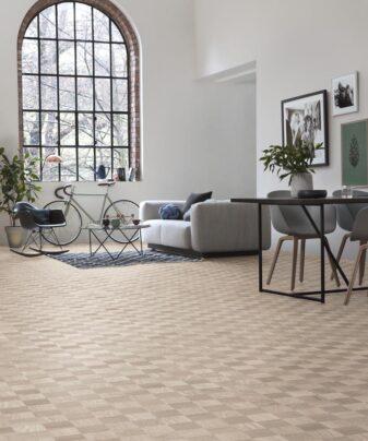 Mønstergulv Tarkett Noble Eik Manhattan. Foto av gulv i stue.