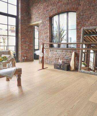 Parkett Tarkett Shade Eik Cream White Plank XT 1 stav. Foto av gulv i stue.