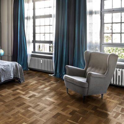 Parkett Kährs Mønstergulv Eik Palazzo Fumo. Fot av gulv på soverom.