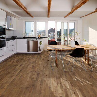 Parkett Kährs Eik Backa 3 stav. Foto av gulv på kjøkken.