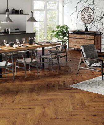 Fiskebensparkett Saga Herringbone Eik Cognac. Foto av gulv på kjøkken.