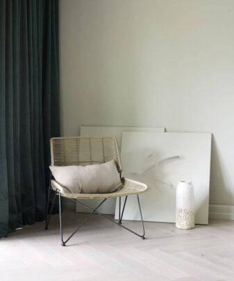 Fiskebensparkett Saga Herringbone Eik Hvit. Foto av gulv med stol.