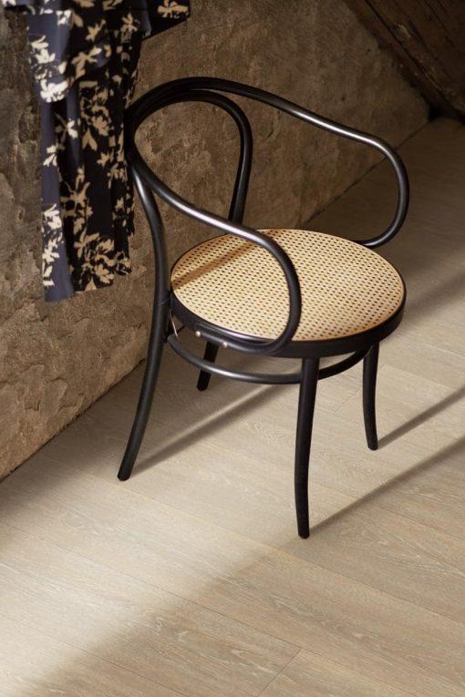 Laminat Pergo Wide Long Plank Eik Kalket Nordisk 1 stav. Foto av gulv med stol på.