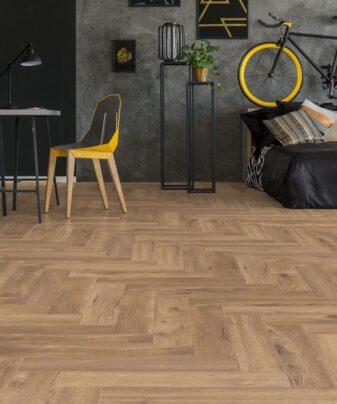 Laminat Kronotex Herringbone Fiskeben 4764 Treviso Eik. Foto av gulv i stue.