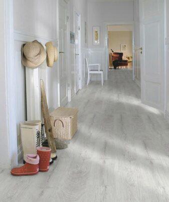 Laminat Pergo Domestic Extra Silver Pine 1 stav. Foto av gulv i gang.