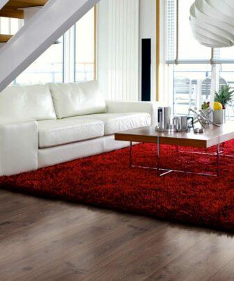 Laminat Pergo Long Plank Eik Chocolate 1 stav. Foto av gulv i stue.