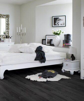 Laminat Pergo Long Plank Eik Midnight 1 stav. Foto av gulv på soverom.