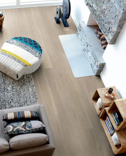 Laminat Pergo Long Plank Eik Romantic 1 stav. Foto av gulv i stue.