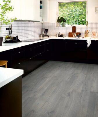 Laminat Pergo Modern Plank Eik Urban Grey 1 stav. Foto av gulv på kjøkken.