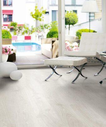 Laminat Pergo Modern Plank Eik Studio 1 stav. Foto av gulv i stue.