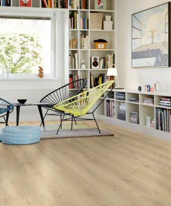 Laminat Pergo Modern Plank Eik City Oak 1 stav. Foto av gulv i stue.