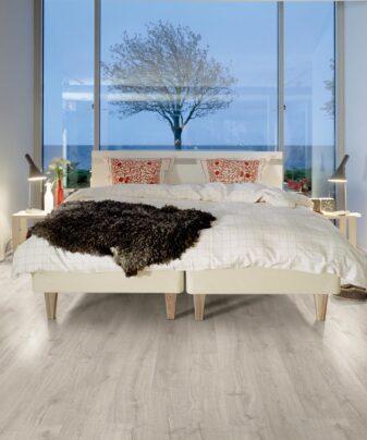 Laminat Pergo Elegant Plank Eik Rustic Grey 1 stav. Foto av gulv på soverom.
