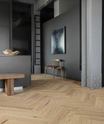 Fiskebensparkett Tarkett Segno Eik Blonde. Foto av gulv på kjøkken.