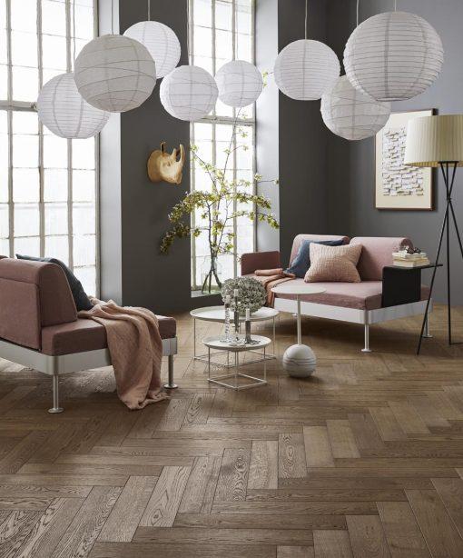 Fiskebensparkett Tarkett Segno Eik Old Grey. Foto av gulv i stue.