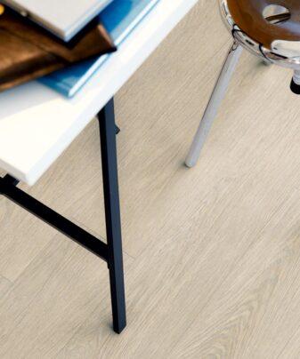 Vinylgulv Pergo Classic Plank Ecro Mansion Oak. Foto av gulv med bord på.