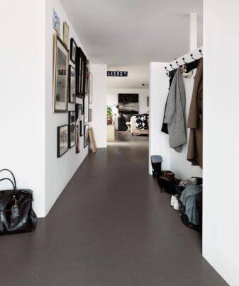 Vinylgulv Pergo Tile Black Modern Mineral. Foto av gulv i gang.