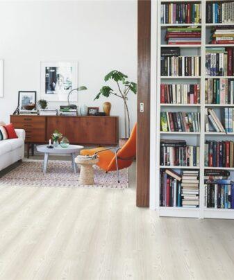 Vinylgulv Pergo Modern Plank Nordic White Pine. Foto av gulv i stue.