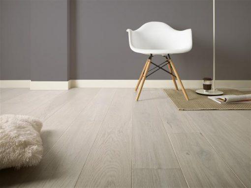 Parkett Saga Premium Eik Pearl Nature 1 stav. Foto gulv med stol.