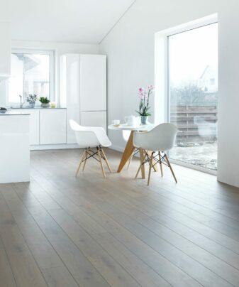 Heltre Tilje Sildevika Rustikk lamellplank. Foto gulv på kjøkken.