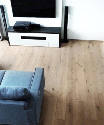 Heltregulv Tilje Paradis Rustikk lamellplank. Foto av gulv i stue.