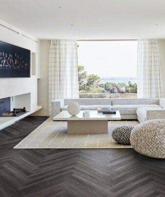 Vinylgulv Kährs Luxury Tiles Calder Fiskeben. Foto av gulv i stue.