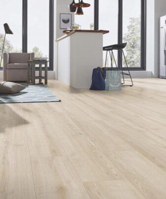 Laminat Kronotex Robusto Ebro Oak 4684. Foto av gulv på kjøkken.