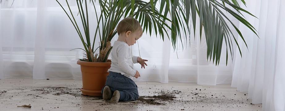 barn søler jord på gulv