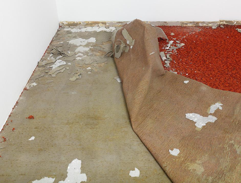 Foto: Fjerner teppe fra undergulv.